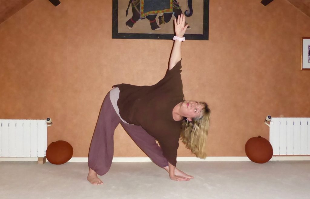 Christine Mourey en posture triangle pendant un cours de Hatha Yoga