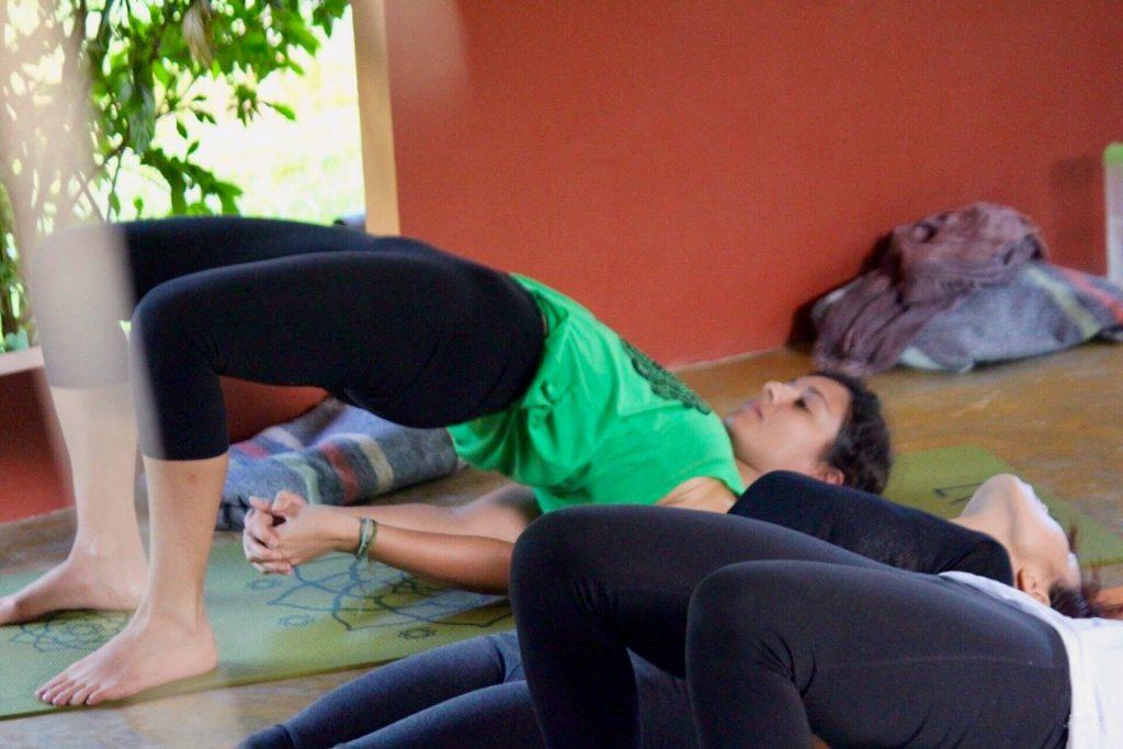 Mandana professeur de yoga en posture